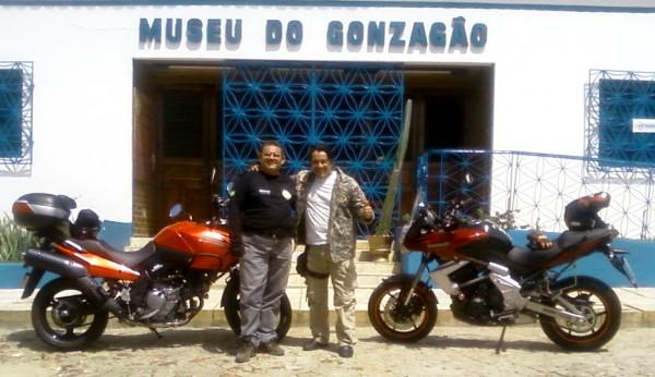 Luís Sucupira e Ricardo Quinderé em frente ao Museu do Gonzagão.