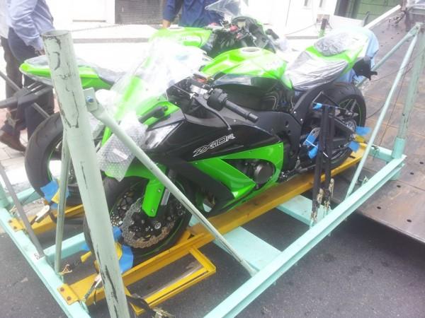 Momento da chegada das motos enviadas mediante parceria da Nikkei com a Kawasaki.