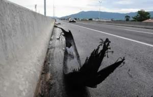Pedaços na estrada. Risco de acidentes graves.