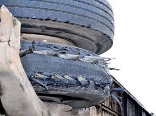 Capotagem provocada por um pneu estourado.