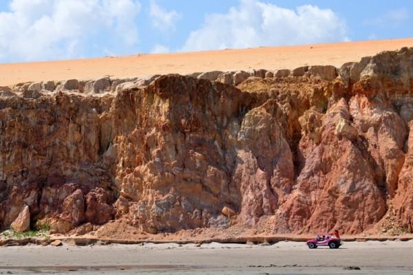 As falésias. Belas na maré baixa e uma armadilha para motos na maré alta. Foto: Luiz Almeida.