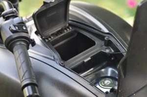 Um pequeno bagageiro que fica junto ao bocal do tanque. Capacidade de até 5kg. Não tem chaves.