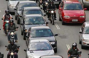 Projeto de Lei 2.650: Deputado quer proibir a circulação de motos entre carros