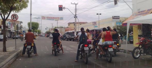Em Icó, Ceará, motociclistas e motos rodam sem documentação e equipamentos de segurança obrigatórios.