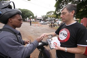 Projeto Vivo em Duas Rodas orienta motociclista a circular a 40 km/h