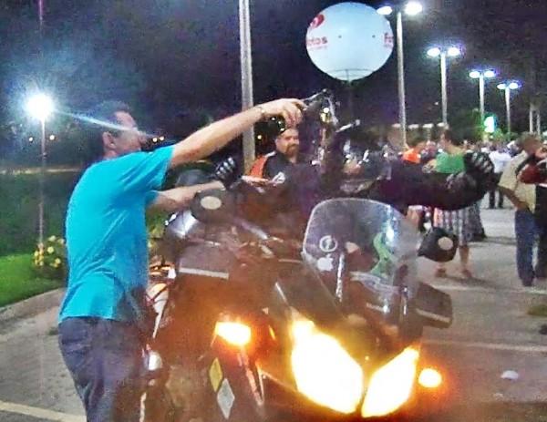 Gerardo banha de champanhe o Pablo do Guerreiros do Sol no momento da sua chegada de volta à Fortaleza.