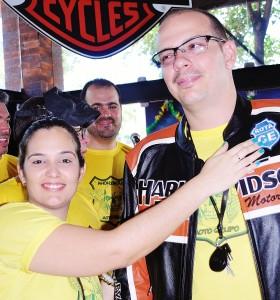 Ricardo, na hora de receber o patch das mãos da esposa Poliana. Foto: Luis Sucupira - Anonymous MG