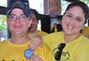 Juvenal, na hora de receber o patch das mãos da esposa Carla. Foto: Luis Sucupira - Anonymous MG