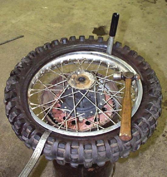 A difícil desmontagem das rodas das motos trai - foto de Konishi da Comunidade Falconline